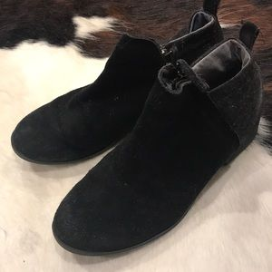 Tons zip up black booties